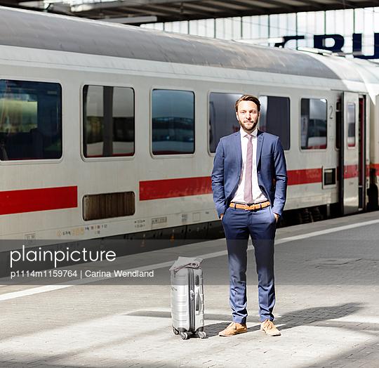 Geschäftsmann am Bahnsteig - p1114m1159764 von Carina Wendland