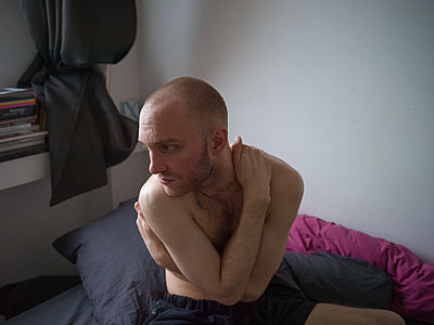 Bare-chested man with bald head - p1267m2043229 by Jörg Meier