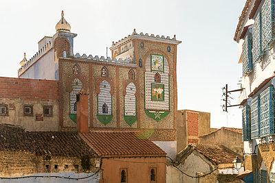 Marokko, Chefchaouen, Dekoriertes Gebäude in maurischem Stil - p1332m2204606 von Tamboly