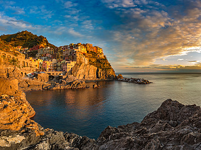 Italy, Liguria, province of La Spezia, Cinque Terre, Manarola at sunset - p300m1460041 by Herbert Meyrl