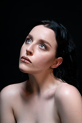 Portrait of young woman with lip piercing - p427m2181262 by Ralf Mohr