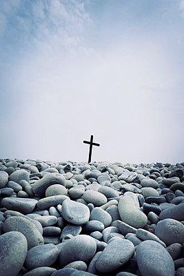 Wooden cross on pebble beach - p597m2108587 by Tim Robinson