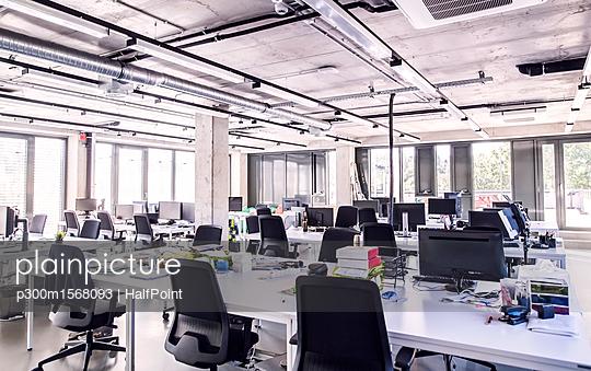 plainpicture - plainpicture p300m1568093 - Modern open-plan office - plainpicture/Westend61/HalfPoint