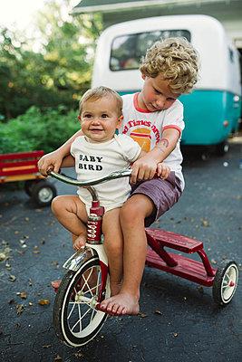 Bruder und Schwester auf einem Dreirad - p1361m1502030 von Suzanne Gipson