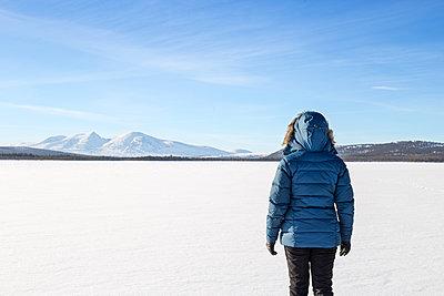 Frau in Winterlandschaft in Skandinavien - p1396m1466894 von Hartmann + Beese