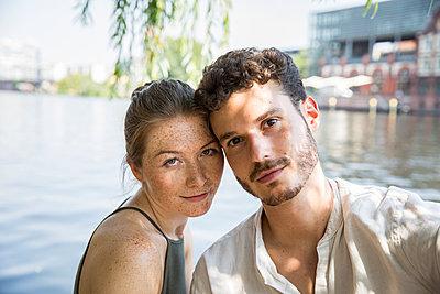 Portrait of young couple  - p276m2111104 by plainpicture