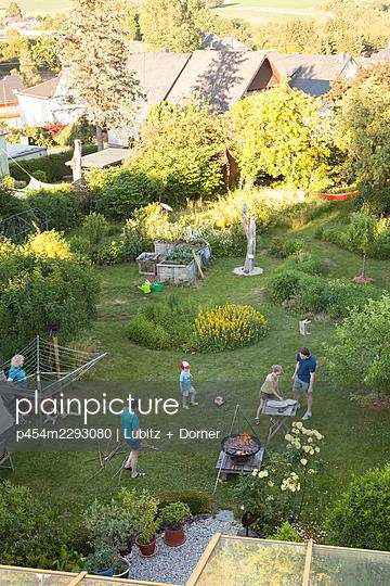 Vorbereitungen fürs Gartenfest - p454m2293080 von Lubitz + Dorner