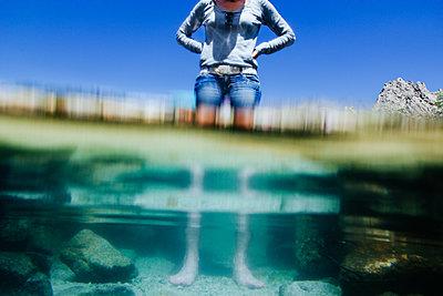 Frau steht im See - p1053m1559455 von Joern Rynio