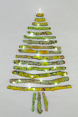 Christmas tree shaped of mossy branches and Christmas decoration - p300m1166450 by Gaby Wojciech