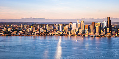 Aerial view of Seattle downtown skyline at sunset, Seattle, Washington, USA - p651m2032673 by Matteo Colombo photography