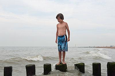 Junge steht auf Buhnen - p896m834559 von Sabine Joosten