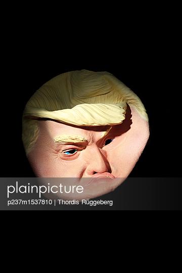 Trump aus Gummi - p237m1537810 von Thordis Rüggeberg