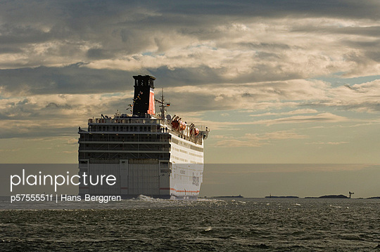 A ship on the way - p5755551f by Hans Berggren
