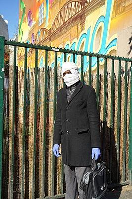 Man wearing a white scarf around his head - p1610m2185442 by myriam tirler
