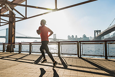 USA, New York City, man running at East River - p300m1191866 by Uwe Umstätter