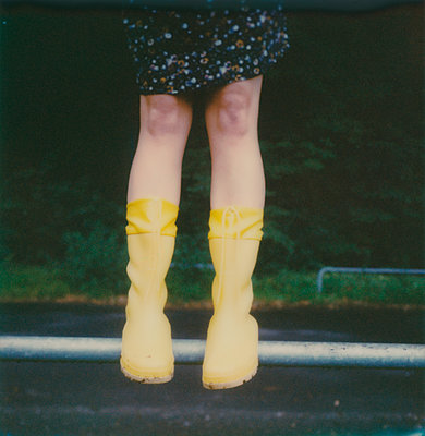 Beine einer Frau mit Gummistiefeln - p979m1513300 von Jennifer Rumbach