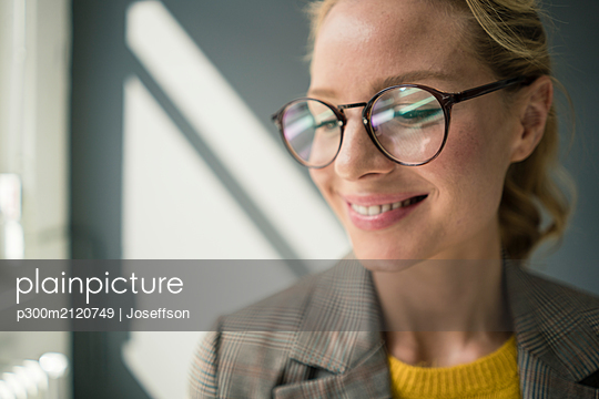 Portrait of young businesswoman, wearing glasses - p300m2120749 by Joseffson
