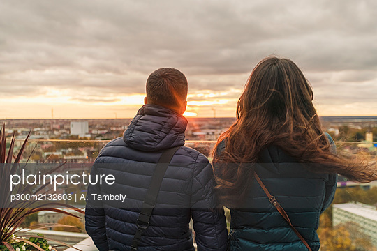Couple watching the sunset over thecity from a view terrace, Tallinn, Estonia - p300m2132603 by A. Tamboly