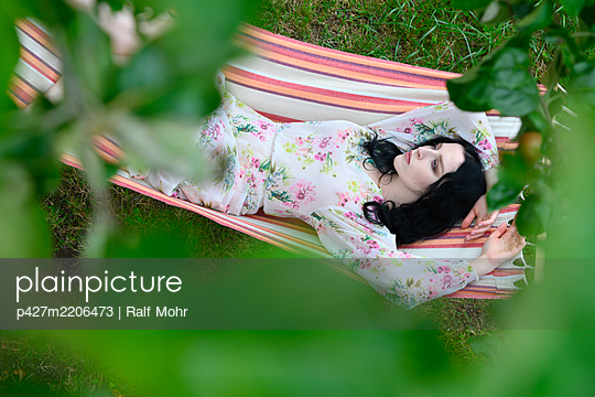 Woman day dreaming in a hammock - p427m2206473 by Ralf Mohr