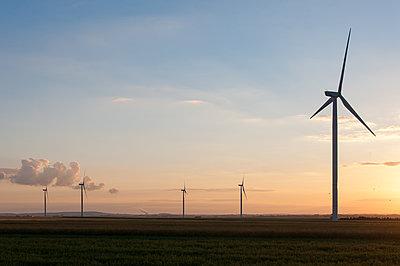 Windpark bei Sonnenaufgang - p1079m1184958 von Ulrich Mertens