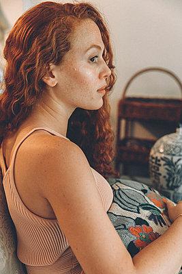 Frau sitzend im Wohnzimmer - p1491m1582702 von Jessica Prautzsch