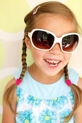 Little girl wearing sunglasses - p2490611 by Ute Mans