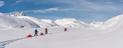 Greenland, Schweizerland Alps, Kulusuk, Tasiilaq, ski tourers - p300m1587415 von Alun Richardson