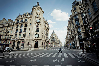 Empty avenue in Paris - p445m2176741 by Marie Docher