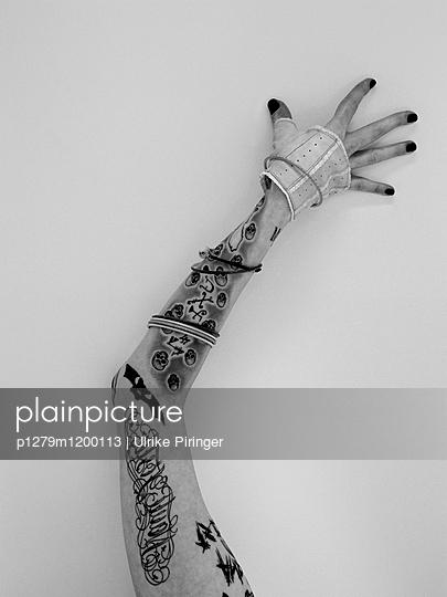 Tätowierter Arm - p1279m1200113 von Ulrike Piringer
