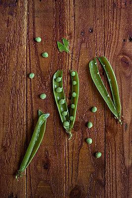 Fresh peas - p1028m1146847 by Jean Marmeisse
