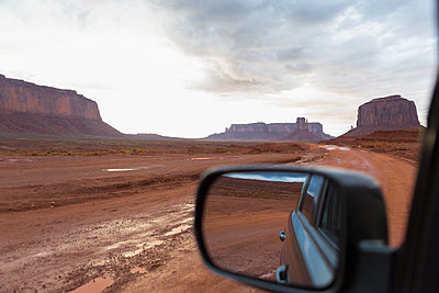 Rock formations and desert landscape viewed from car, Monument Valley, Utah, United States - p555m1420822 by Marc Romanelli