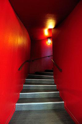 Rotes Treppenhaus - p8290086 von Régis Domergue