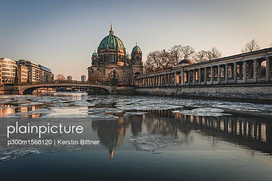Germany, Berlin, view to Berliner Cathedral at twilight - p300m1568120 von Kerstin Bittner