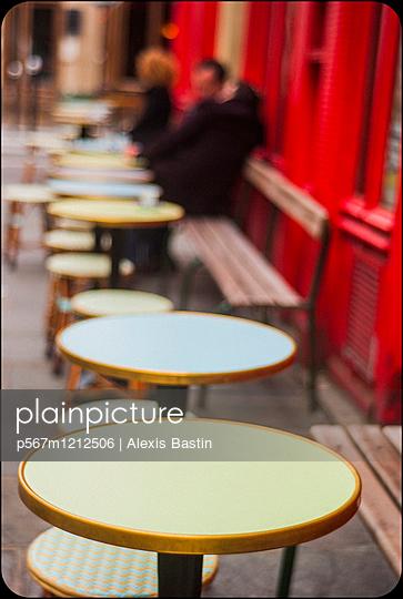 Café in Paris - p567m1212506 by Alexis Bastin