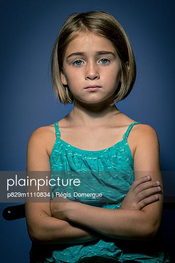 Mädchen mit verschränkten Armen  - p829m1110834 von Régis Domergue