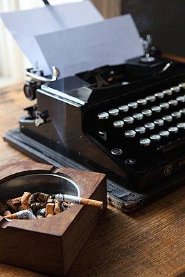 Aschenbecher & Schreibmaschine - p045m852396 von Jasmin Sander