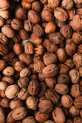 A box of walnuts at an outdoor market in southern France - p1166m2191893 by Cavan Images