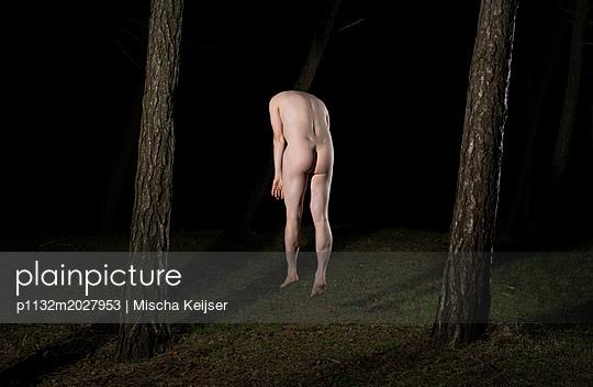 Nackter Mann im Wald - p1132m2027953 von Mischa Keijser