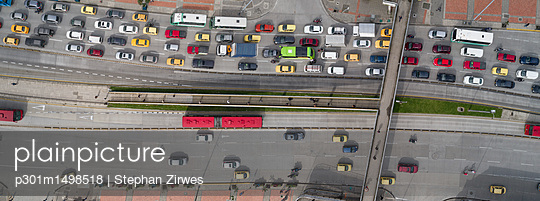Panoramic view of traffic on highway in city, Bogota, Columbia - p301m1498518 by Stephan Zirwes