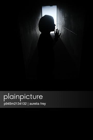 Kind im Keller - p945m2134132 von aurelia frey