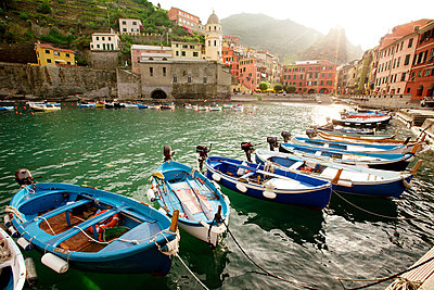 Boats moored against buildings at Vernazza - p1166m979824f by Cavan Images