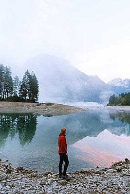 Mann am Lago del Predil - p1396m2052302 von Hartmann + Beese