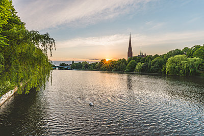 Germany, Hamburg, Kuhmuehlenteich, mute swan and view to church St. Gertrud - p300m2012686 von Kerstin Bittner