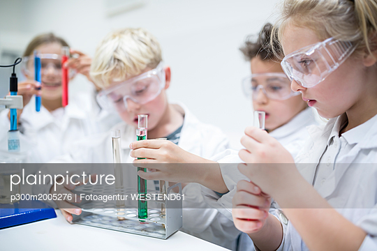 Pupils in science class experimenting with liquids in test tubes - p300m2005276 von Fotoagentur WESTEND61