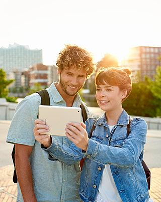 Paare macht ein Selfie im Gegenlicht - p1124m1150157 von Willing-Holtz