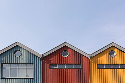 Germany, Warnemuende, row of three wooden houses - p300m1120860f by Anke Scheibe