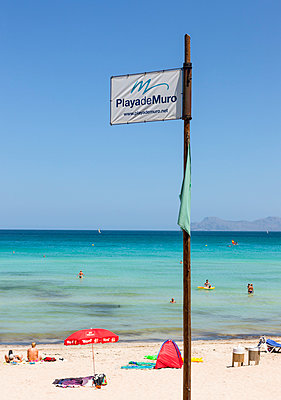 Spain, Mallorca, View of tourists in Playa de Muro beach - p300m877822 by Martin Moxter