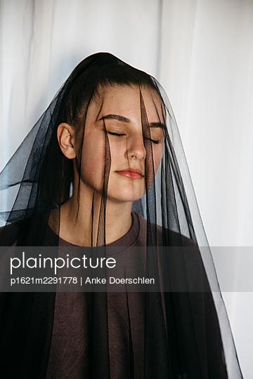 Girl with black veil, portrait - p1621m2291778 by Anke Doerschlen