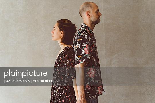 Paar steht Rücken an Rücken - p432m2260276 von mia takahara