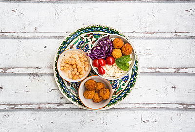 Sweet potato balls, Couscous, Hummus and vegetables in bowls - p300m1563215 by Larissa Veronesi